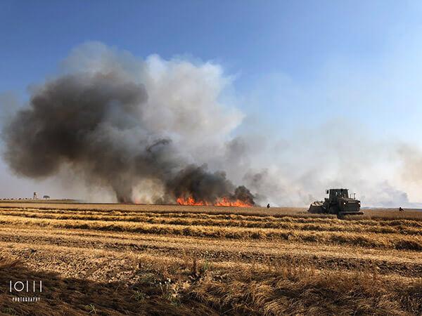 שריפה בשדה חיטה בקיבוץ נחל עוז בעקבות טרור הבלונים